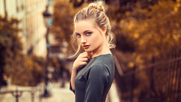 صور بنات الفيس بوك الجديدة Blonde Girl Looking Back 4k صور بنات كيوت